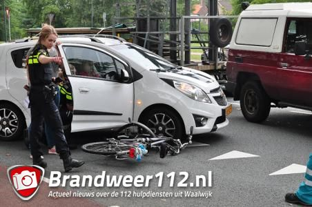 Fiets belandt onder auto in Waalwijk