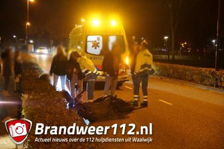 Scooterrijder botst tegen buitenspiegel van auto en valt op de weg in Waalwijk