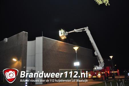 Politie zoekt naar mogelijk inbrekers op dak van zwembad in Waalwijk