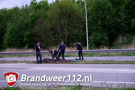 Auto met aanhanger geschaard op de Midden-Brabantweg Waalwijk