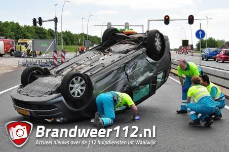 UPDATE: Auto op zijn kop op de Midden-Brabantweg Waalwijk
