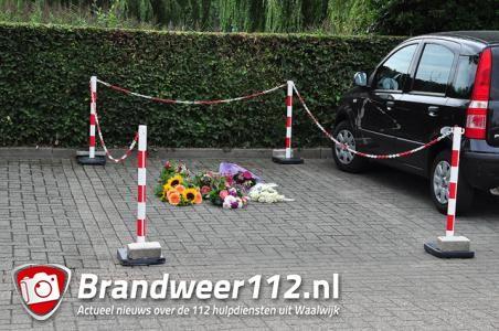 Bloemen op plek waar Linda van der Giesen is doodgeschoten aan de Kasteellaan Waalwijk