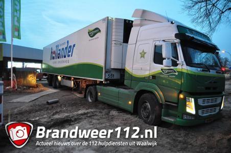 Vrachtwagen staat volledig vast in het zand bij Plus in Waalwijk