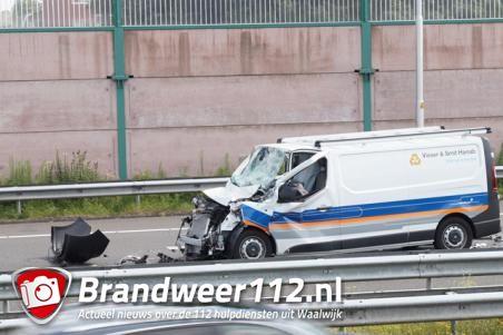 A59 bij Waalwijk weer vrij na ongeval met bestelbus en vrachtwagen