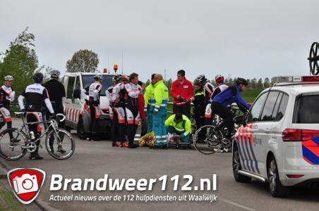 Groep wielrenners ten val in Waalwijk; een persoon gewond