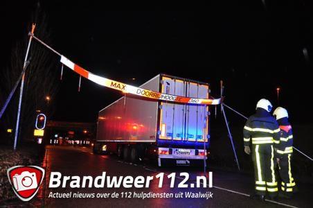 Vrachtwagen ramt brug en bord aan de Hoogeindse Rondweg Waalwijk