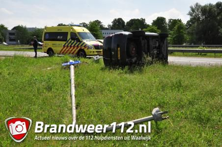 Auto op zijn kant op A59 bij Waalwijk