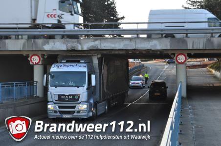 Vrachtwagen rijdt zich muurvast onder 'beruchte brug' in Waalwijk